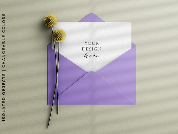 フラワーフラットレイと挨拶はがきモックアップシーンクリエーターと文房具の招待状封筒
