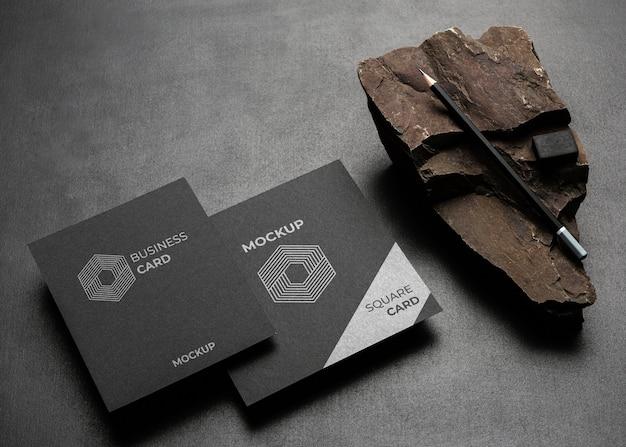 Modello di cancelleria con roccia scura e robusta