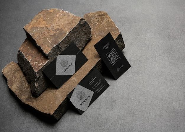 어두운 바위가있는 문구 모형