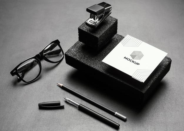 Макет канцелярских товаров с темными камнями