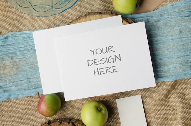과일과 함께 찢어진 종이의 편지지 모형