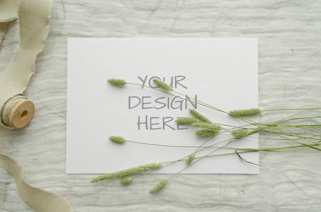 허브와 함께 찢어진 종이의 편지지 모형