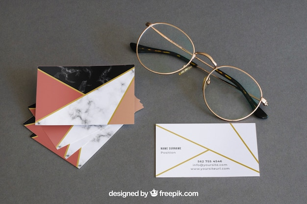 Канцелярский макет с очками и визитками