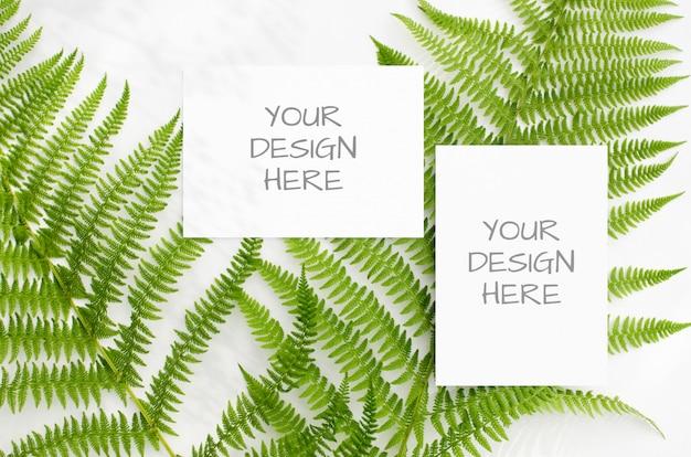 미니멀리스트 스타일의 공백에 녹색 고비와 문구 모형
