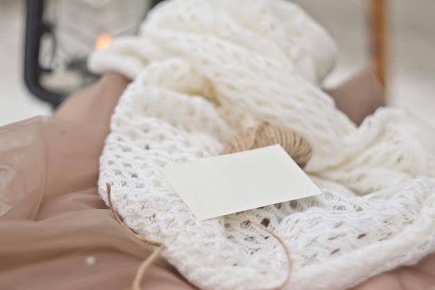 Канцтовары макет в винтажном стиле. шаблон визитной карточки для вашего дизайна, приглашения, поздравления, надписи или иллюстрации. нежные бежевые и белые цвета. psd умный слой