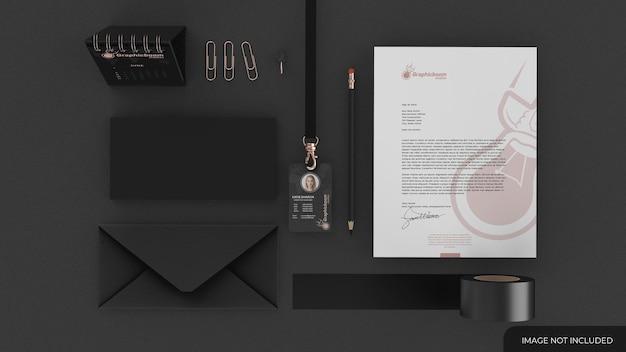 명함 및 기타 사무실 요소가 있는 편지지 세트 모형