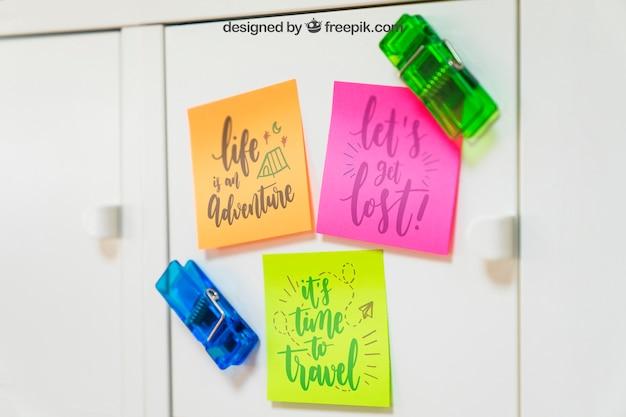 Mockup di nota adesiva su armadio