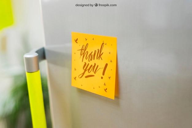 냉장고 모형에 스티커 메모