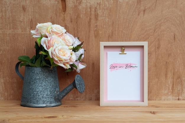 バラの花束のモックアップと静物フレームとじょうろ