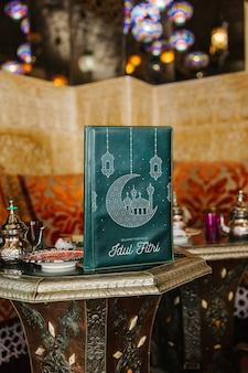 아랍 레스토랑에서 메뉴 모형의 정물화