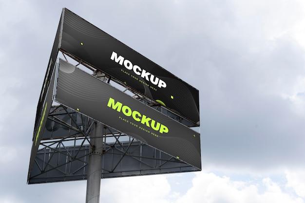 대낮에 거리 마케팅 광고판 목업