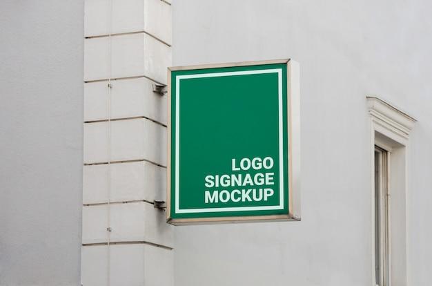 Street store signage mockup. rectangular shape, green color Premium Psd