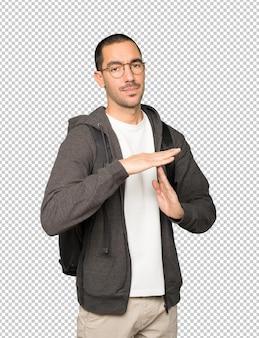 Подчеркнул студент, делая жест тайм-аута руками