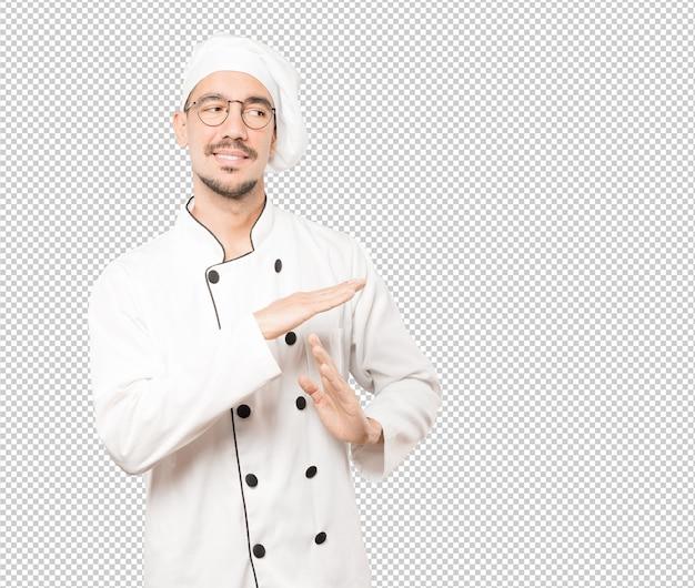 Подчеркнул молодой шеф-повар, делая жест тайм-аут своими руками