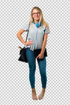 Студент девушка в очках позирует с оружием в бедре и улыбается