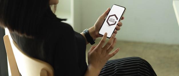 Студент руки, используя макет смартфона в кафе