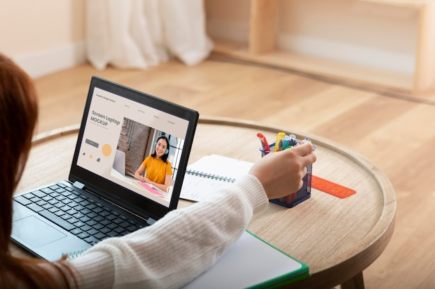 노트북으로 학습하는 학생 클로즈업