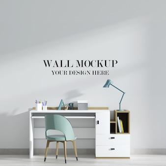白い机と緑の椅子のある研究室の壁のモックアップ