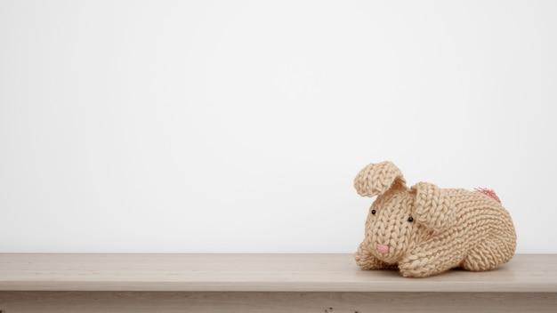 Coniglietto farcito sul muro bianco con copyspace