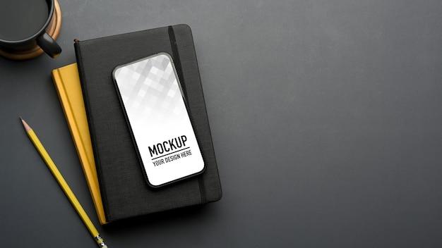 スマートフォンのモックアップを備えたスタイリッシュなフラットレイワークスペース