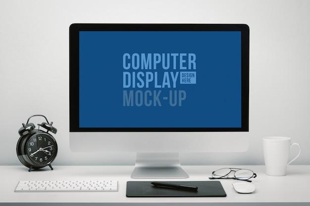 Стильное рабочее пространство с компьютером с пустым экраном