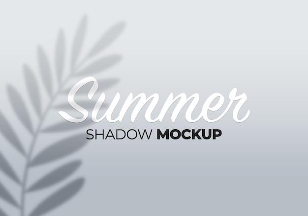 그림자 모형의 여름 배경은 흰 벽에 나뭇잎