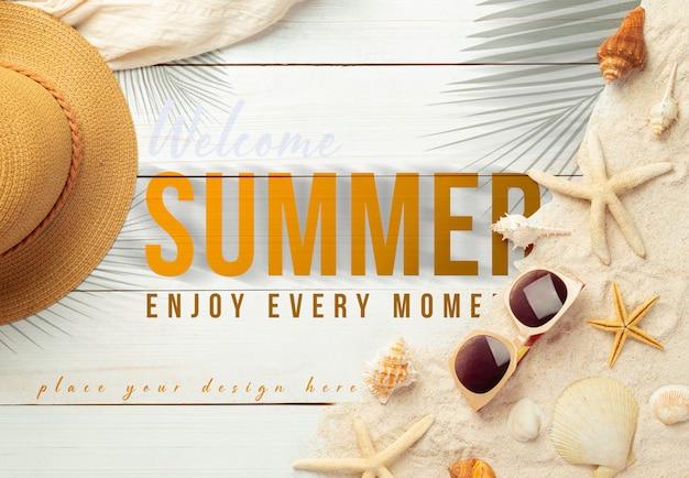 디자인을위한 흰색 나무 테이블 모형 템플릿에 비치 액세서리와 함께 여름 배경