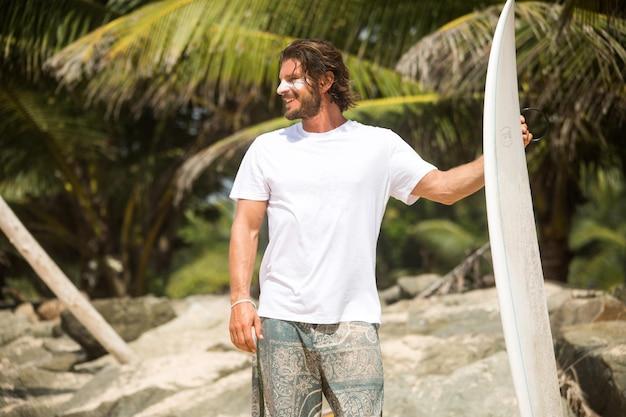 Tshirt 목업의 여름 해변과 서퍼