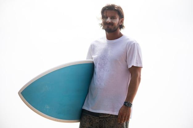 Летний пляж и серферы в футболке, макет