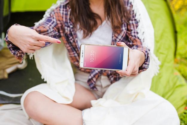 Летний лагерь макет с женщиной, указывая на смартфон