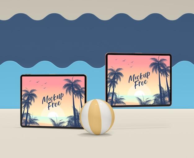 Летняя концепция с мячом и планшетом
