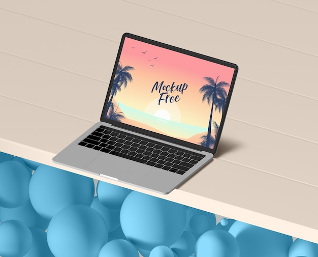 Concetto di estate con il computer portatile sul tavolo Psd Gratuite