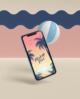 Летняя концепция с телефоном и мячом