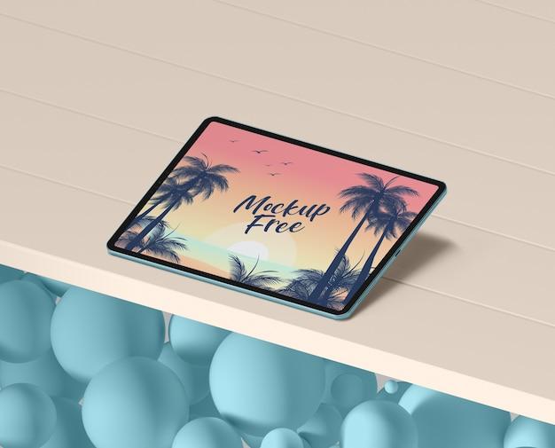 テーブルの上のタブレットで夏のコンセプト