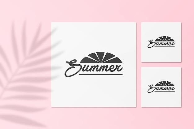 손바닥으로 여름 인스 타 그램 엽서 모형은 그림자를 남깁니다.