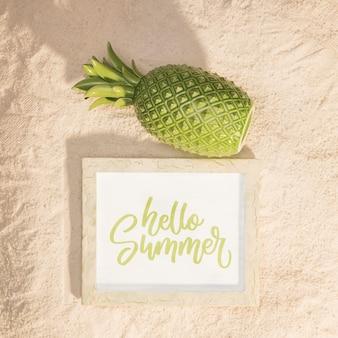 Mockup di estate con un ananas