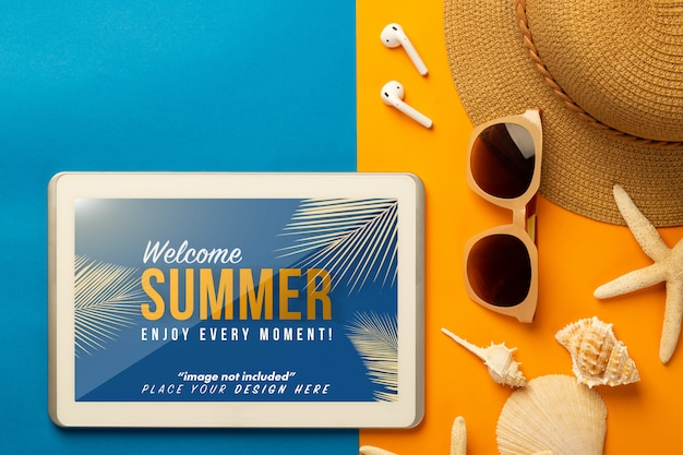 Летняя сцена с планшетным макетом и пляжными аксессуарами