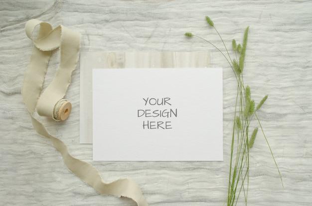 인사말 카드 또는 허브 청첩장, 화이트 코 튼 끈의 빈티지 스풀 여름 문구 이랑 ard