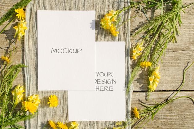 黄色い花を持つ夏の文房具モックアップカード