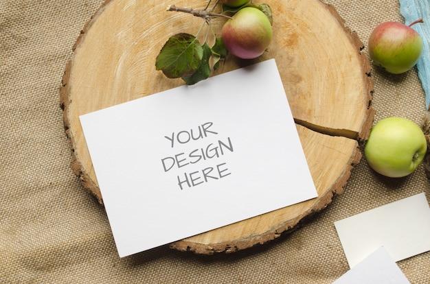 Летняя канцелярская открытка макет или свадебные приглашения с яблоками, синий бегун на бежевом
