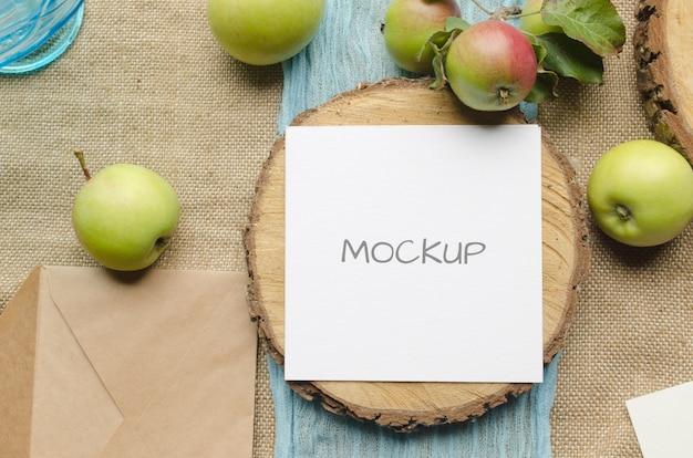 ベージュのリンゴと夏のひな形のモックアップシーン