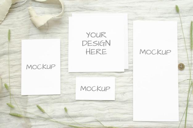 夏の文房具の結婚式のモックアップは、ハーブ、白の綿三つ編みのビンテージスプールとカードを設定