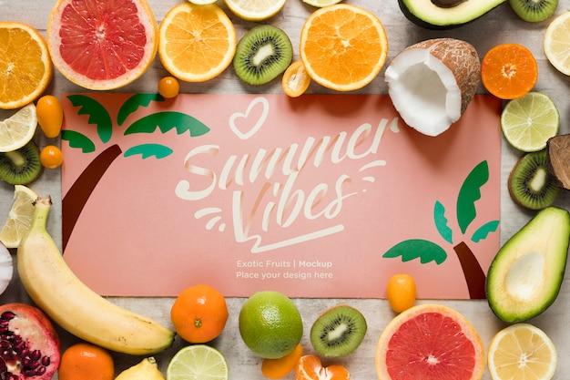 이국적인 과일을 모은 여름 분위기