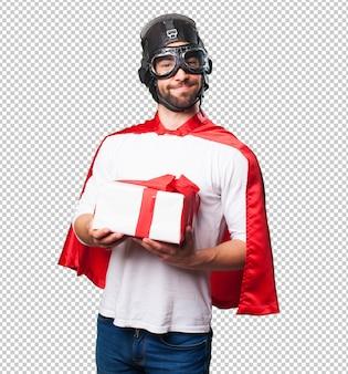 Супер герой держит подарок