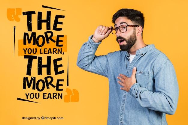 Удивленный мужчина в очках рядом с мотивационной цитатой