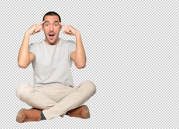 Удивленный молодой человек делает жест концентрации