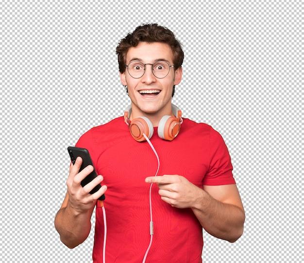 스마트 폰을 사용하여 놀란 된 젊은 남자