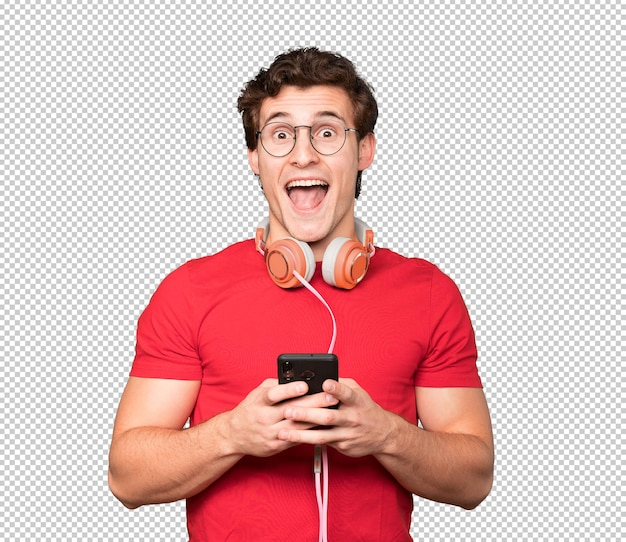 スマートフォンを使って驚いた青年