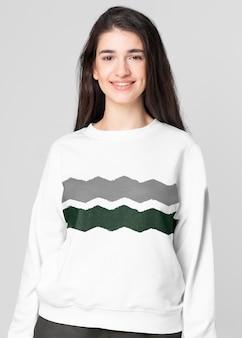 ジグザグパターンの女性のカジュアルアパレルとセーターのモックアップ