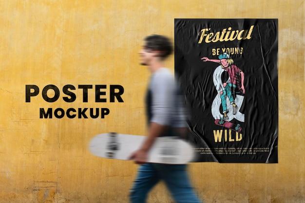 Mockup di poster di design svizzero su un muro grigio